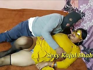 (हिंदी में करवा चौथ स्पेशल) महिला करवा चौथ व्रत के बाद पति के ना होने पर खटिया के मचवे को  चूत में पूà¤